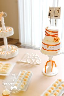 Sweet table oranje zalm met cupcakes, chocolaterie en macarons