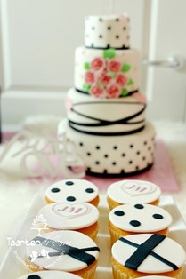 Sweet table donkerblauw wit met dots. Cupcakes en chocolaterie in stijl
