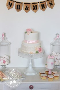 Sweet table mr & mrs pink, cupcakes, bonbons en bruidstaart