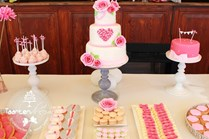 Sweet table fuchsia pink met mr & mrs cupcakes, chocolaterie, macarons en candy jars